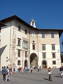 Il Palazzo dell'Orologio è uno degli edifici affacciati in Piazza dei Cavalieri a Pisa.